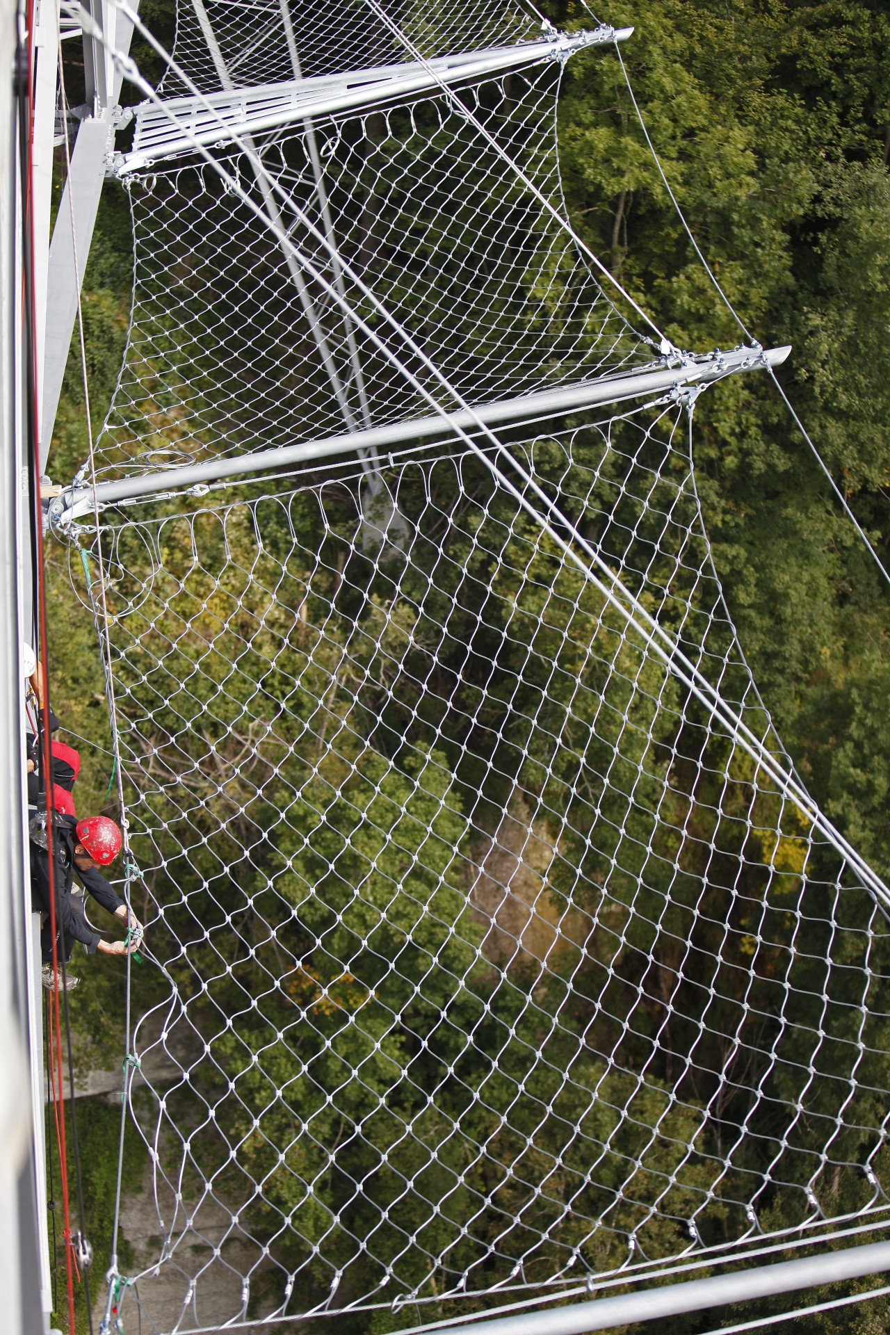 Installation of horizontal safety net on very high bridge