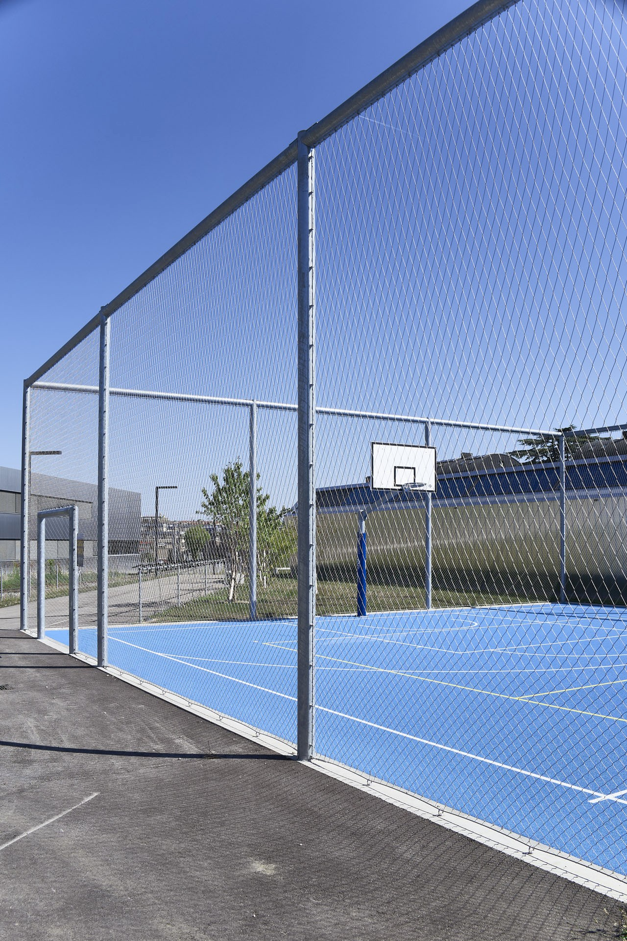 Wire rope mesh on basketball court